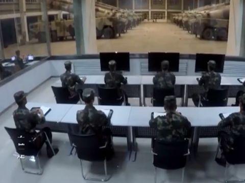 影片中的指揮畫面,停滿了大規模的導彈戰車。 圖/截自秒拍視頻