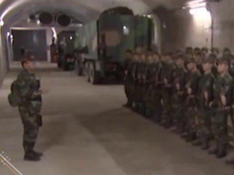 解放軍正在地下基地列隊。 圖/截自秒拍視頻