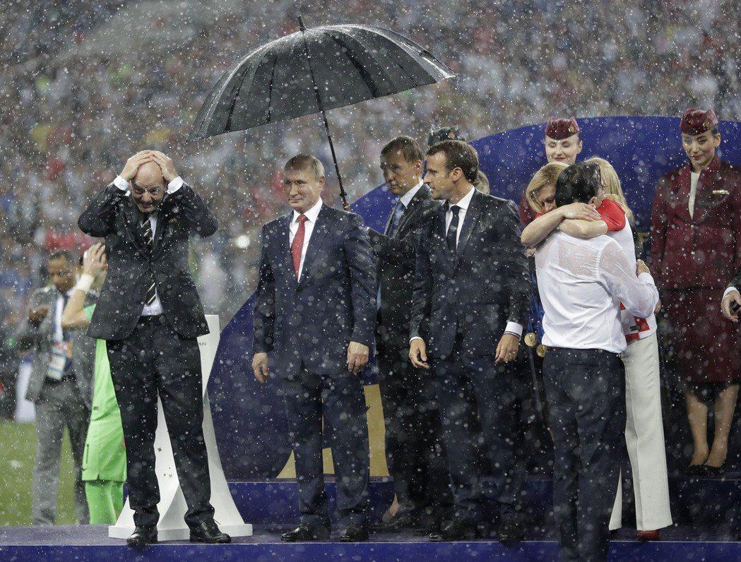法國各家報紙和電視台今天齊聲讚譽法國隊奪得世界盃足球賽大力神杯,巴黎在一夜狂歡後...