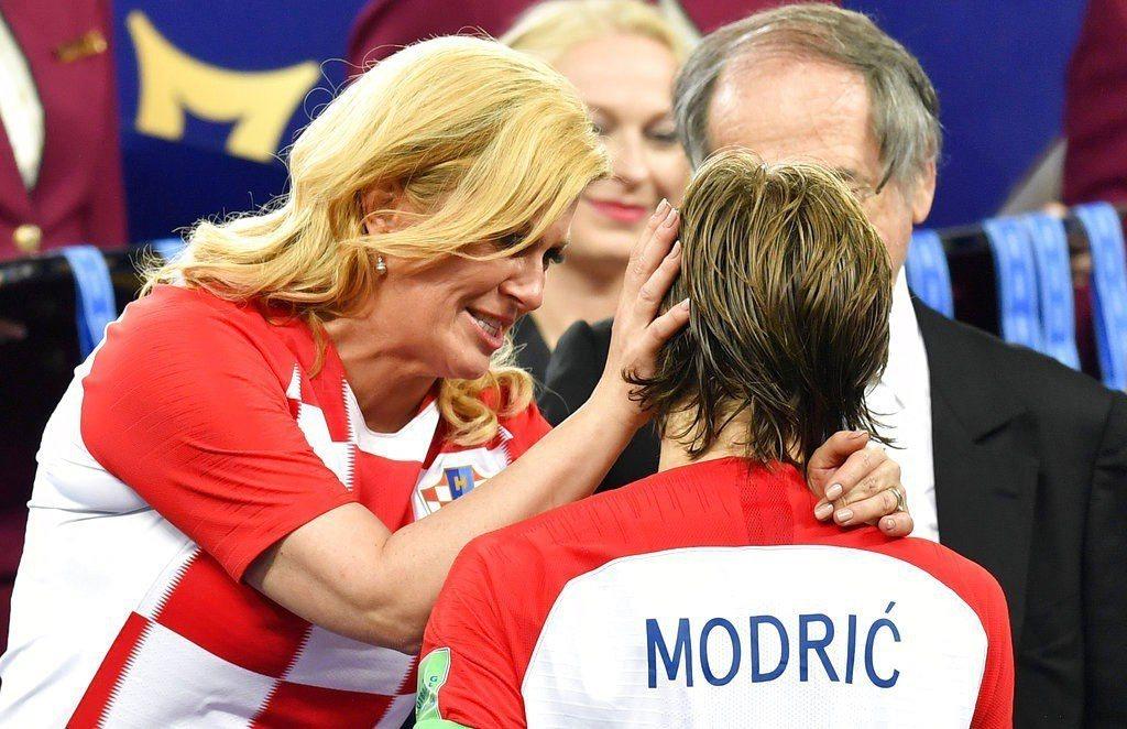 克羅埃西亞總統季塔洛維奇(左)擁抱球員。 美聯社