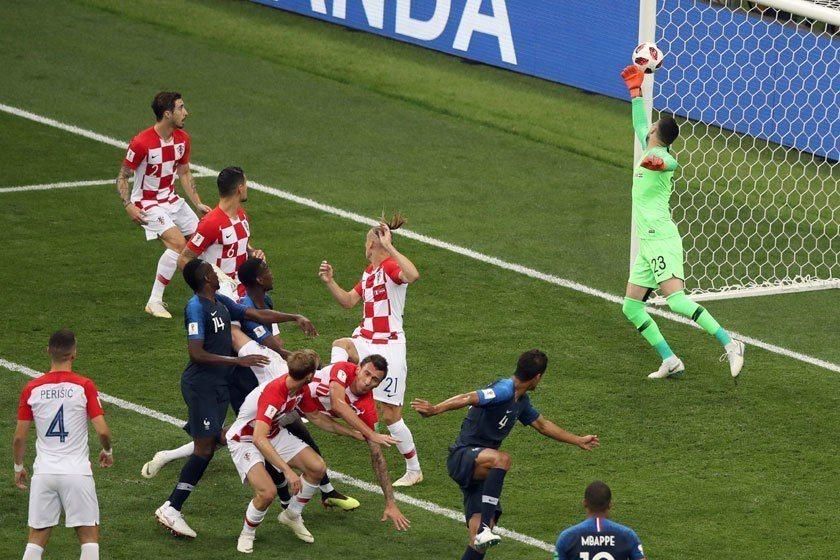 克羅埃西亞在開賽18分鐘就自行奉送一顆烏龍球,法國運氣實在太好,上半場只射門1次...