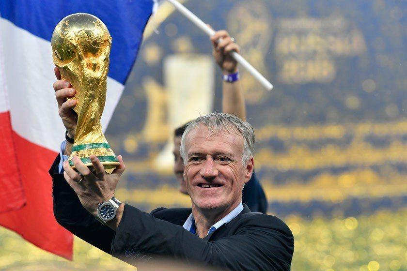 德尚在球員時代贏過世界盃冠軍,20年後帶領球隊又拿下大力神盃,已經進入傳奇人物之...