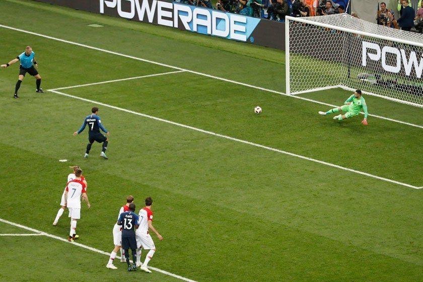 法國隊上半場前45分鐘的唯一射門,就只有格里茲曼(左二)的12碼罰球。 美聯社