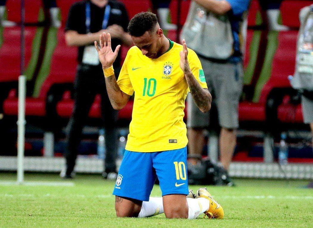 內馬爾在巴西遭淘汰的哨聲響起時,跪在場中痛哭。 歐新社