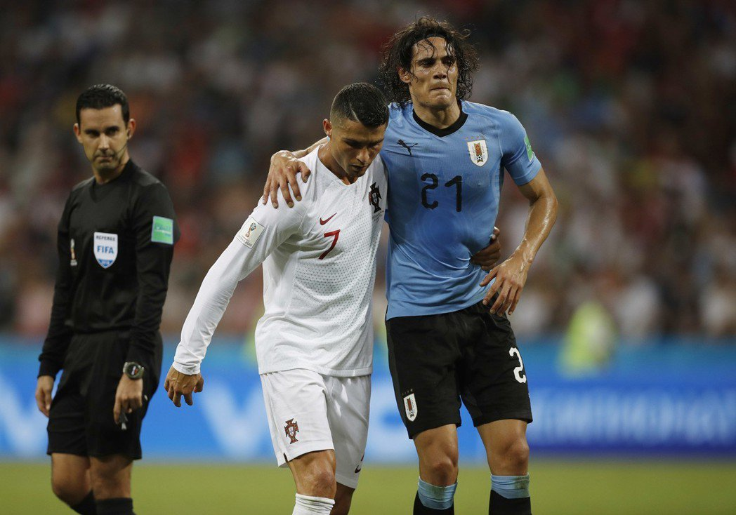 烏拉圭卡巴尼拉傷小腿,C羅扶著他下場。 美聯社