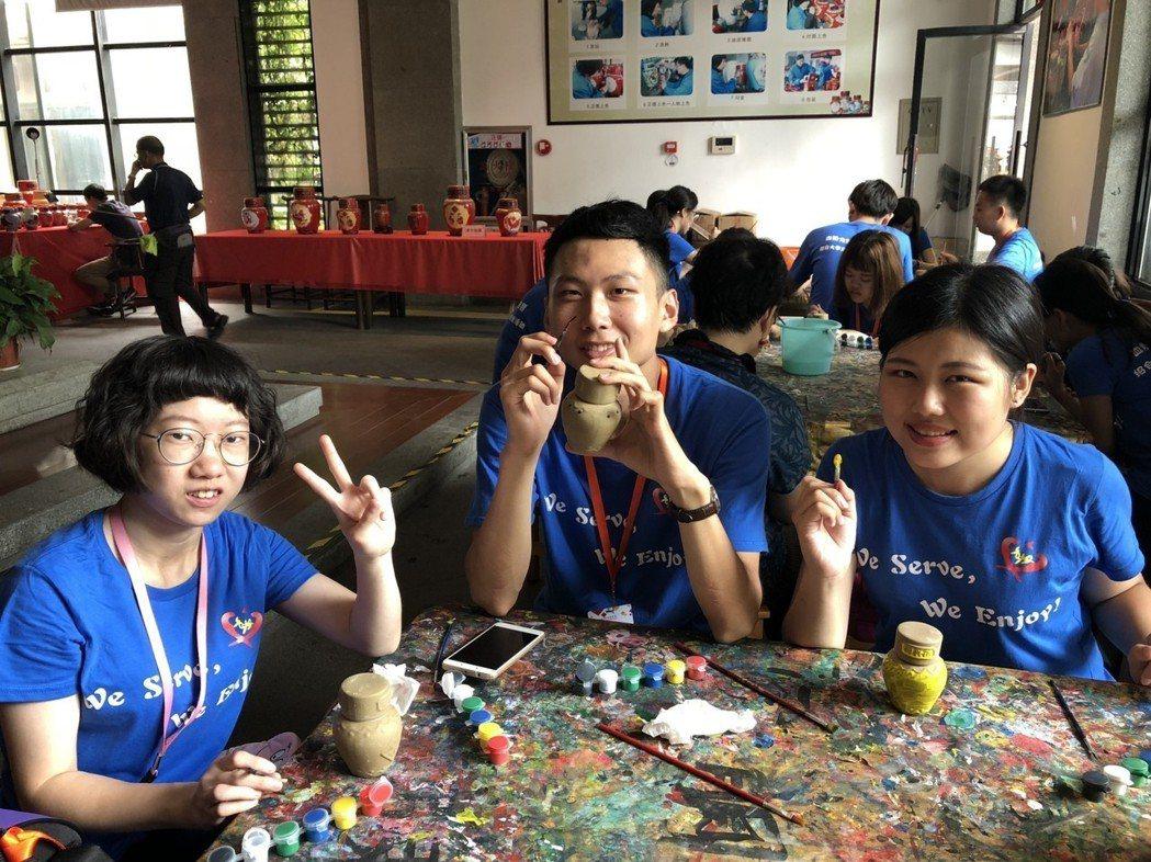 管院學生在黃酒博物館體驗陶土彩繪 中臺科大/提供。