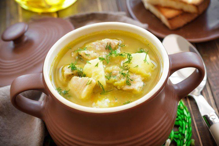 許多人普遍認為,熬煮的湯含有豐富的營養成分。 圖片/ingimage