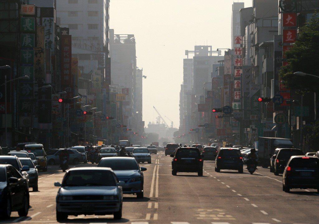 高雄受空污影響,街上一片灰濛。 圖/聯合報系資料照