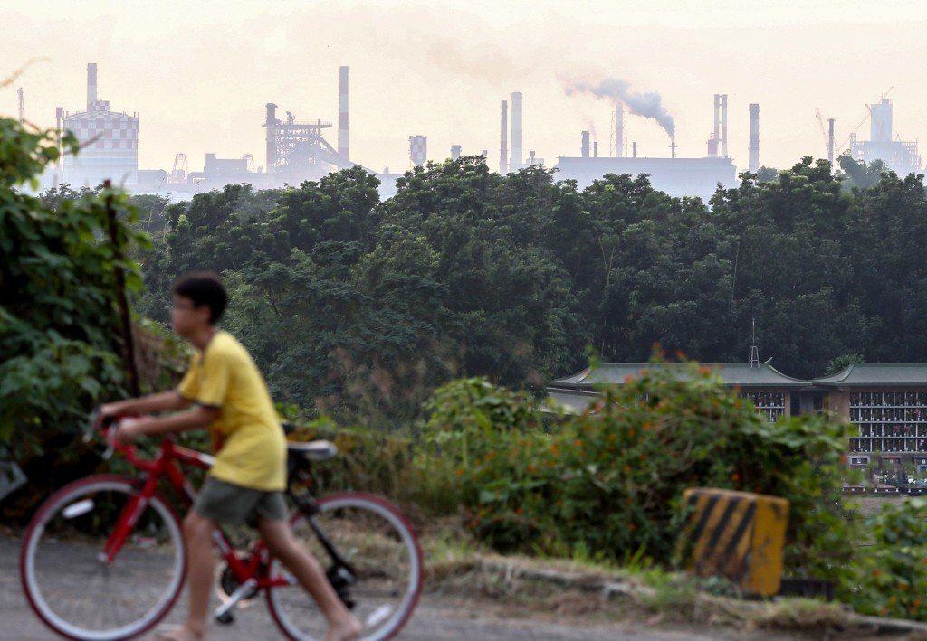 身為台灣的重工業之都高雄,工廠的煙囪林立,居民早已習以為常。 圖/聯合報系資料照