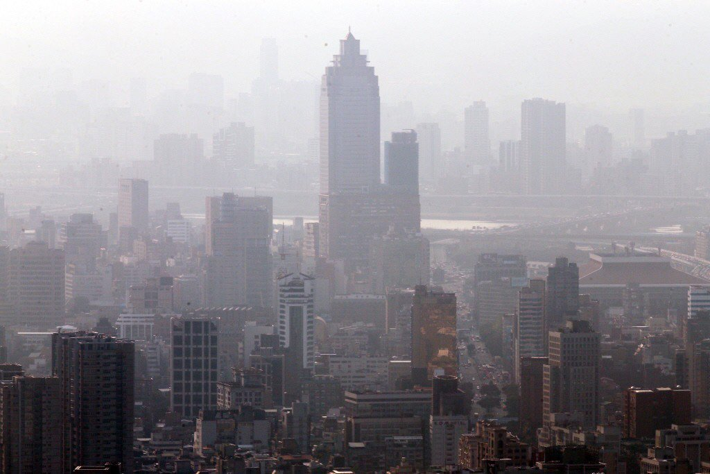 空氣品質惡化,台北火車站一帶一片霧濛濛。 圖/聯合報系資料照
