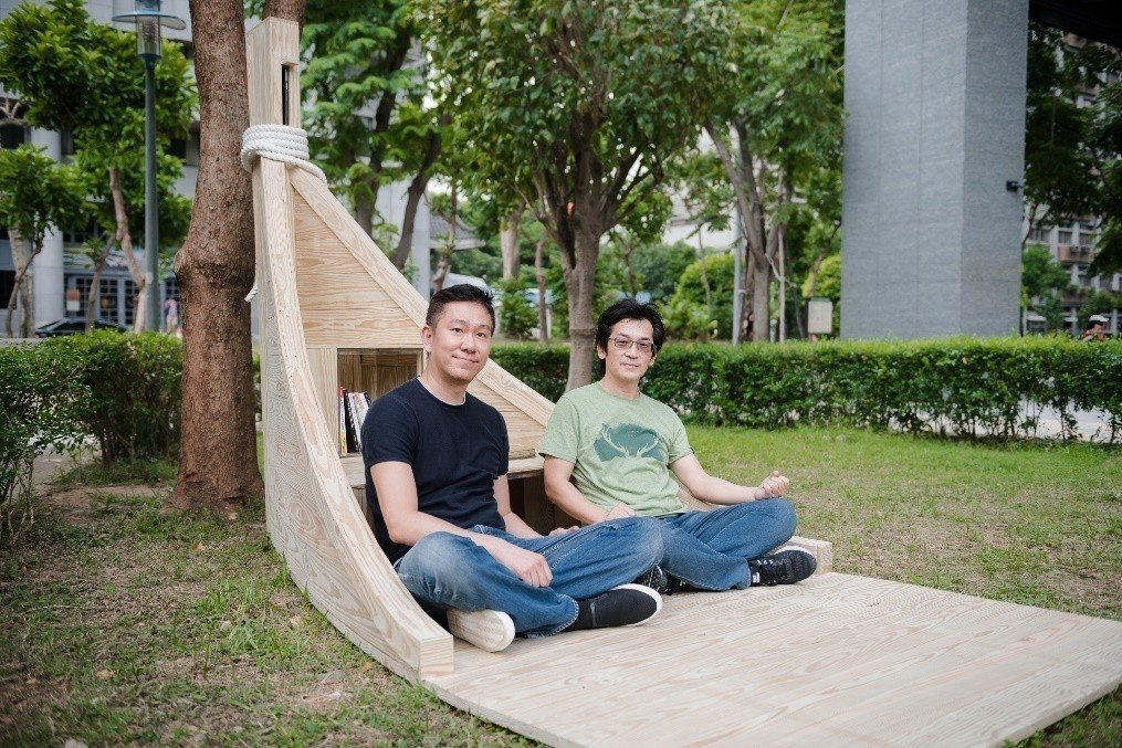 導演魏德聖(右)與設計師楊奭凡(左)於台北市昌隆公園打造「一葉方舟」書席,邀請市...