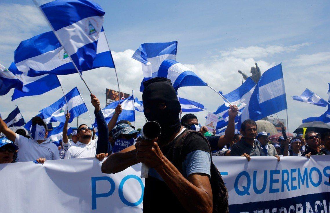 13日於馬那瓜,抗議奧蒂嘉的民眾,手持自製迫擊砲。 圖/路透社
