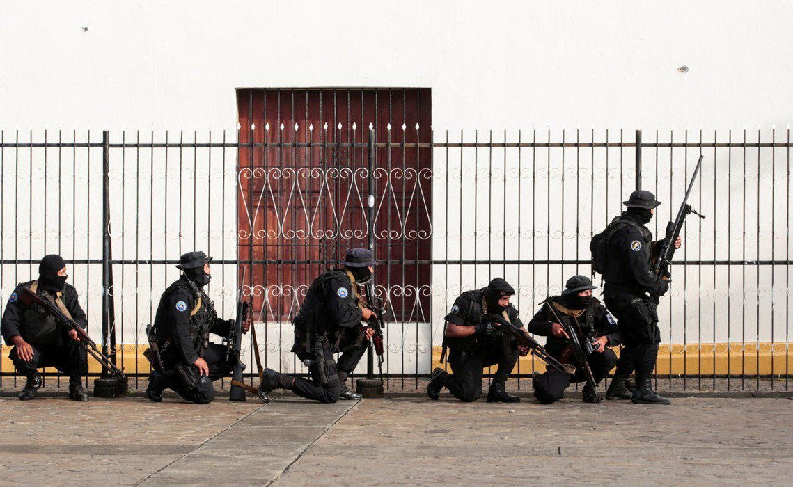 恩慈教堂外的武裝部隊。 圖/路透社