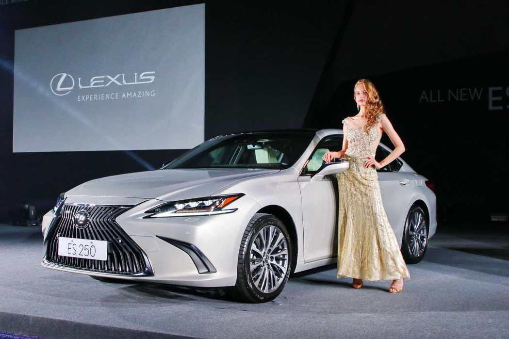 第七代ES在造型上融入承襲自LC旗艦跑車LEXUS新世代設計元素的Coupe跑車輪廓,呈現極為大膽的前衛設計。 圖/和泰汽車提供