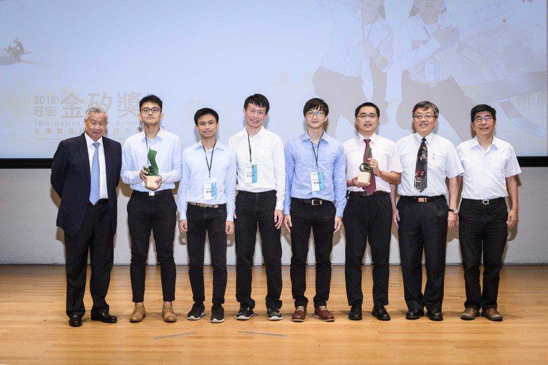 旺宏董事長吳敏求頒發設計組金獎予臺灣大學團隊。旺宏電子/提供