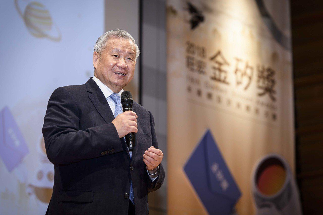 旺宏教育基金會董事長吳敏求於頒獎典禮上鼓勵同學創新突破。旺宏電子/提供