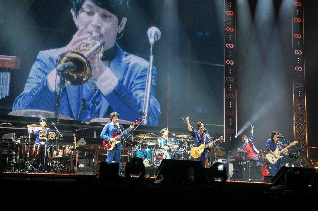 關8昨在札幌巨蛋開唱。圖/東風衛星、大鴻藝術提供