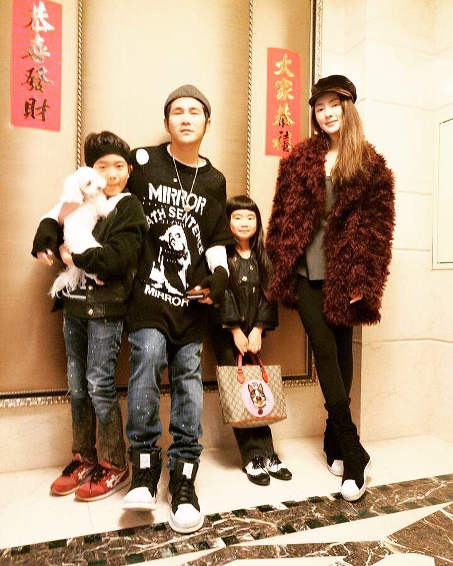 曹格(左二)和老婆吳速玲(右)育有一對子女。圖/摘自IG
