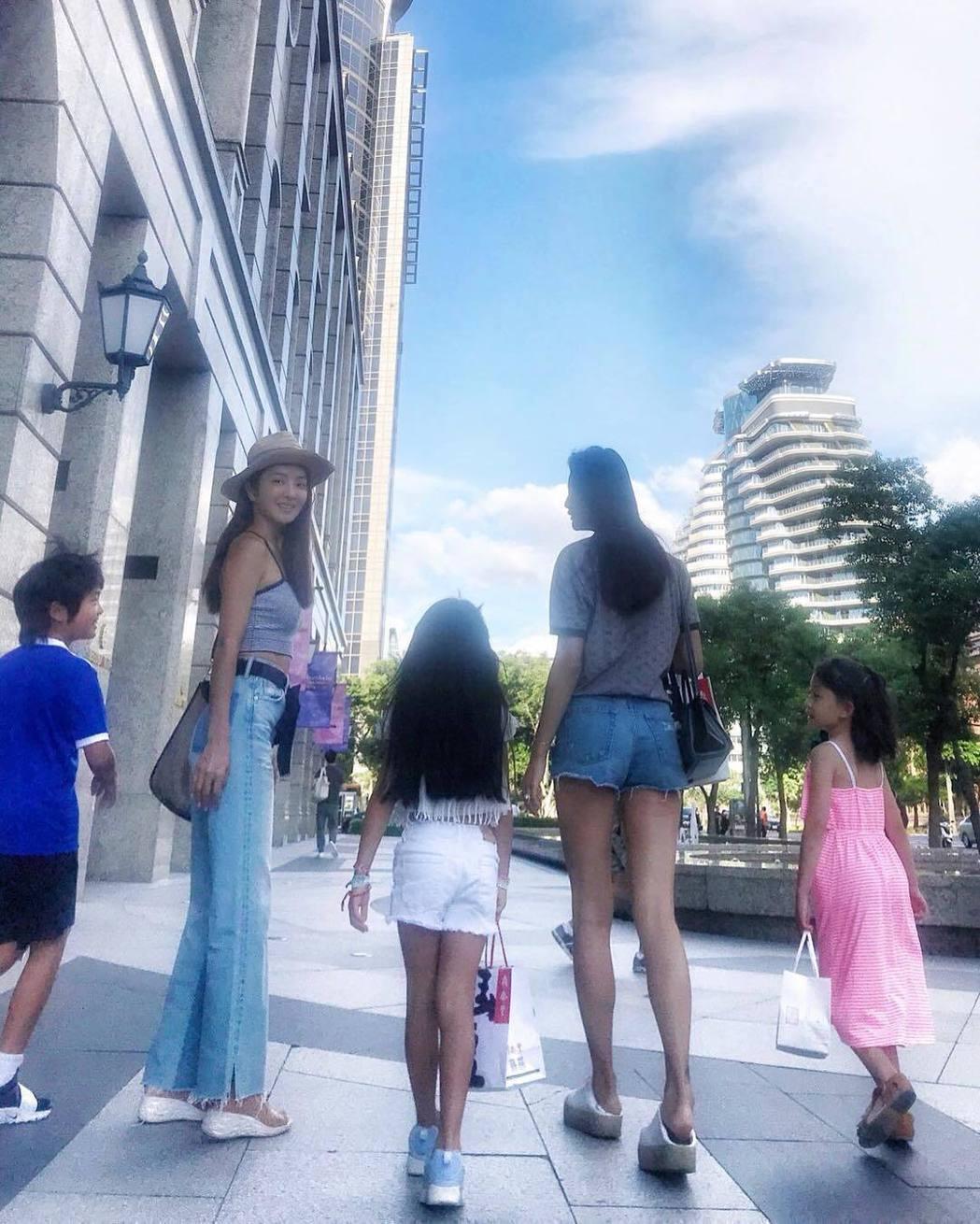 吳速玲(左二)Po美腿照,Grace(中)被網友讚媲美媽媽。圖/摘自IG