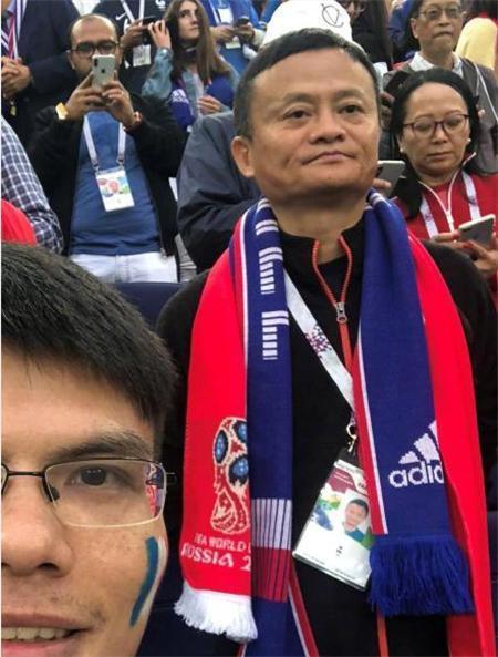 阿里巴巴董事局主席馬雲也瘋世足,世界盃半決賽法國對戰比利時,化身球迷在看台上觀戰...