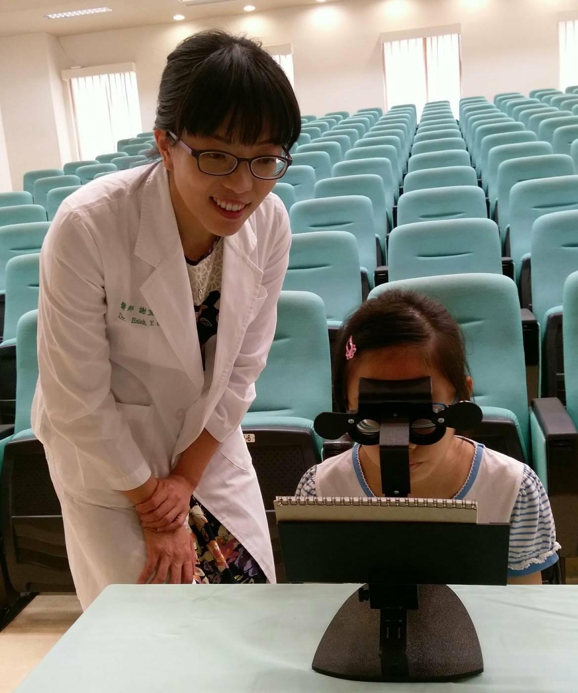 中國醫藥大學兒童醫院兒童眼科醫師謝宜靜說,複合式視覺功能訓練讓患者視力恢復到了標...