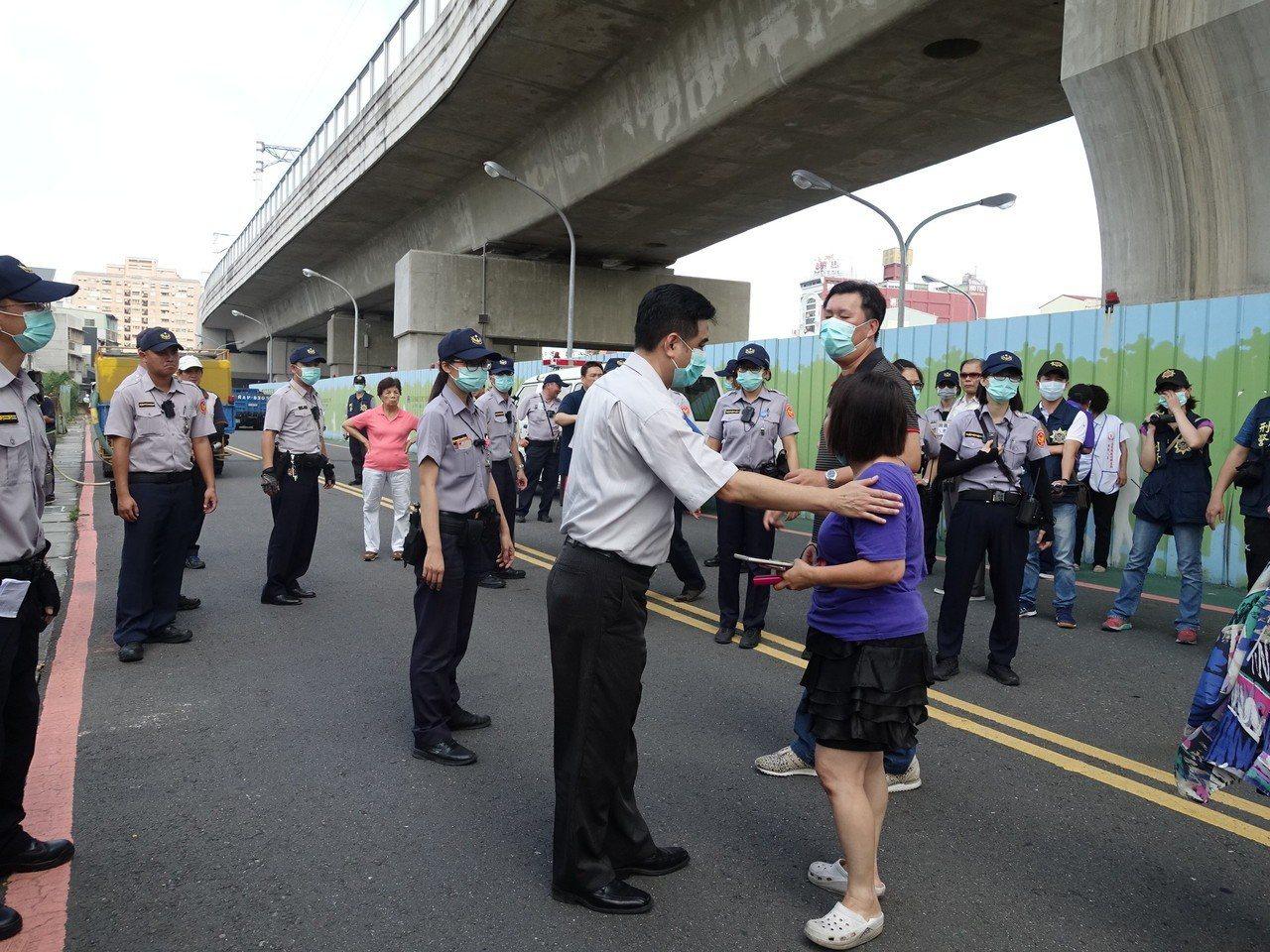 警方一再向前與縣議員蔣月惠溝通。記者翁禎霞/攝影