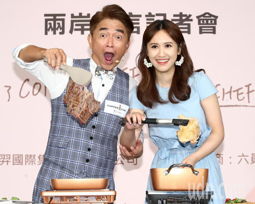 吳宗憲(左)與女兒Sandy秀廚藝。記者林澔一/攝影