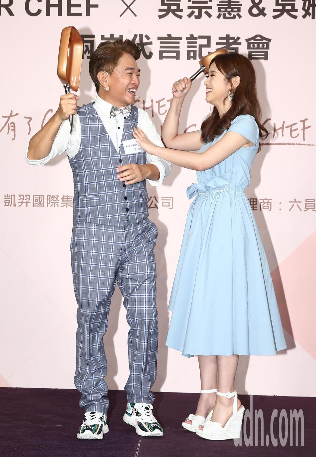 吳宗憲(左)與女兒Sandy小打小鬧。記者林澔一/攝影