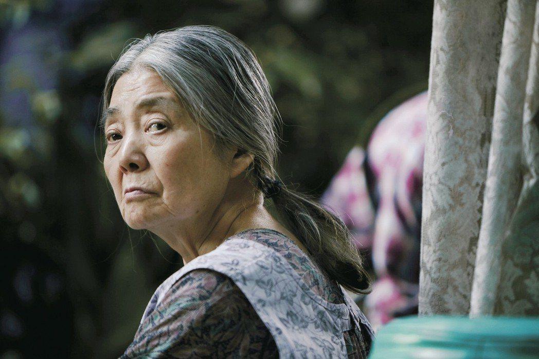 樹木希林在「小偷家族」中敬業的改變外型。圖/采昌提供