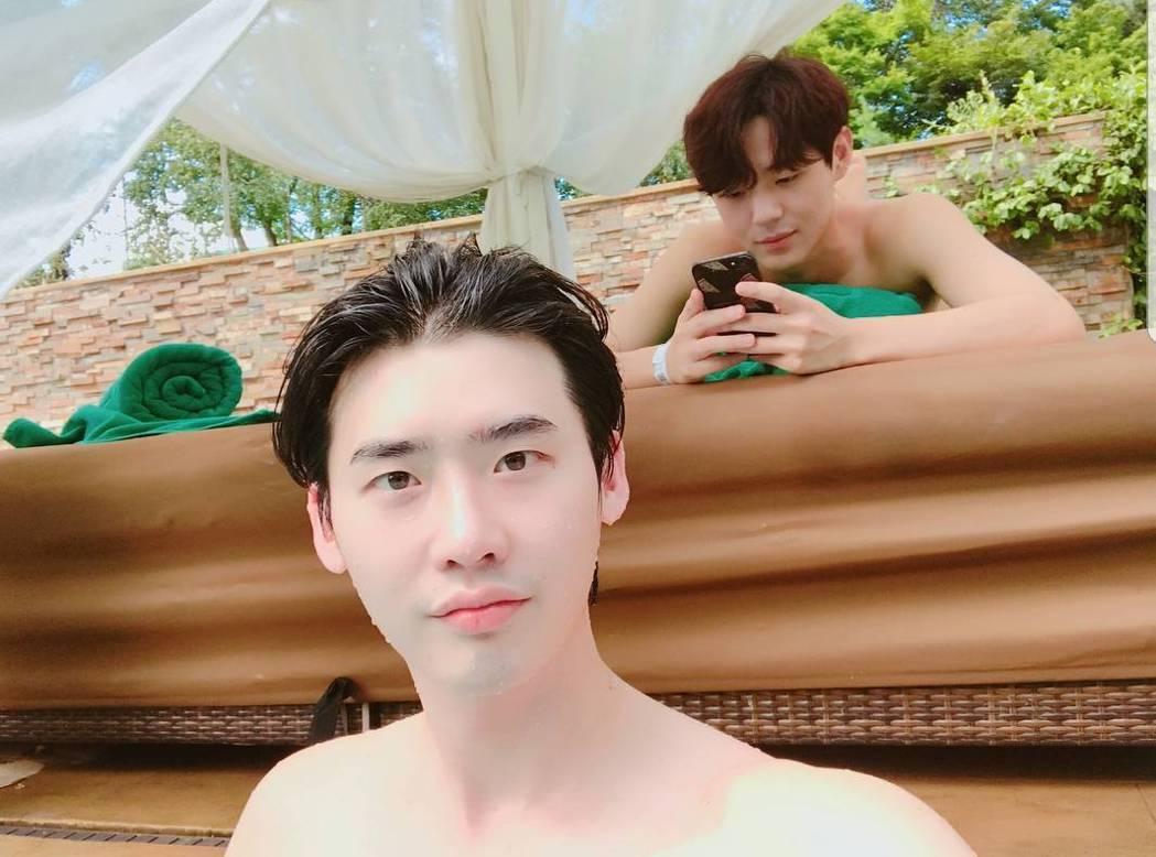 李鍾碩PO泳池畔露肩照。圖/截圖自IG