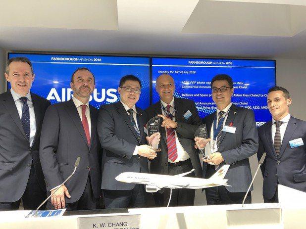 星宇航空張國煒董事長(左三)、Airbus商務長Eric Schulz(左四)及...