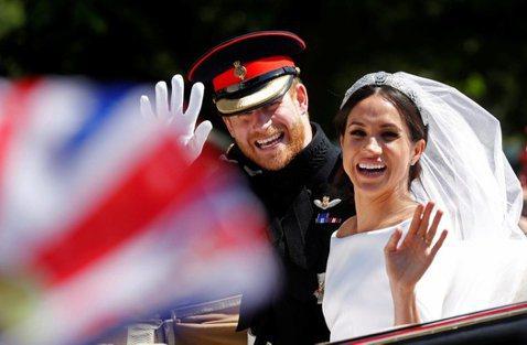美國女星梅根馬可今年5月嫁給英國哈利王子,成為英國王室的一員,不過她的父親湯瑪斯最近接受英媒「太陽報」訪問,他認為女兒嫁入英國王室之後,為了適應外界給她的眼光,讓她壓力相當沉重,「我從她的雙眼、面貌...
