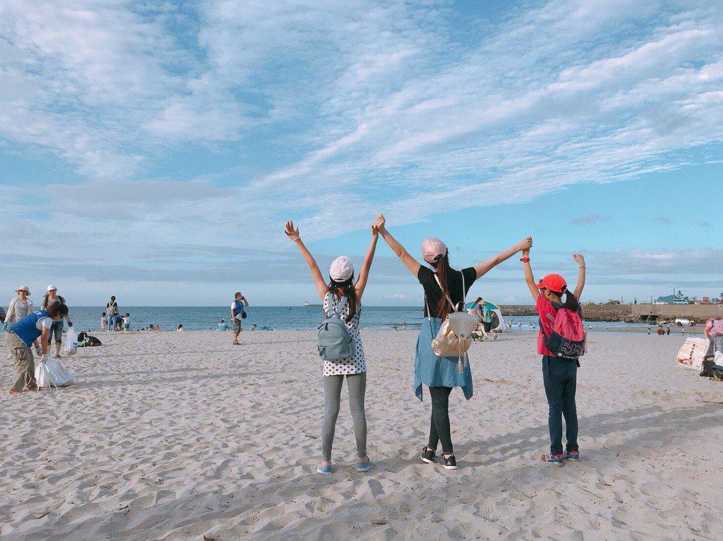 白家綺帶2女兒一起淨灘。圖/民視提供