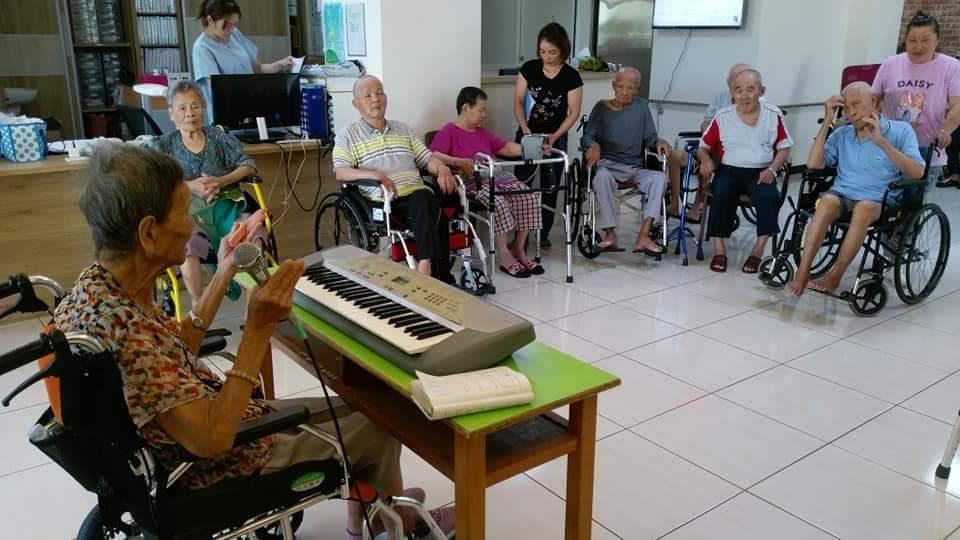 94歲的簡陳翠英老師(左一)到長照機構,教老人唱日本歌。記者張家樂/攝影