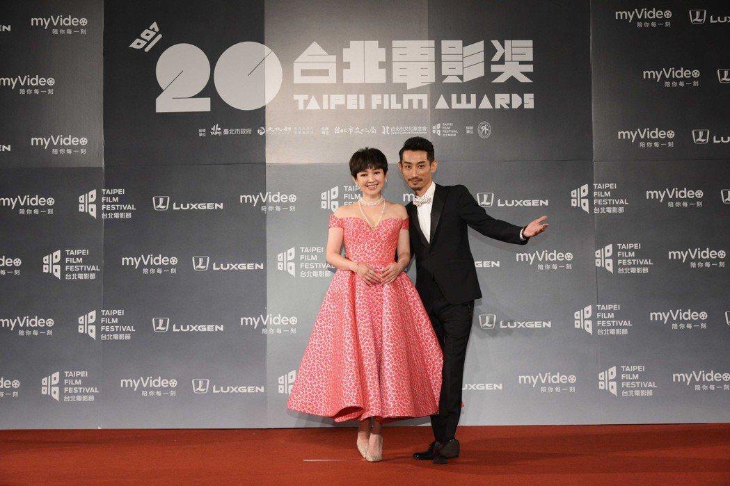 蔡燦得(左)和陳竹昇主持台北電影節。圖/台視提供