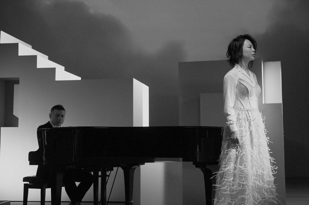 黃綺珊(右)推出全新專輯「時光」。圖/黃綺珊工作室提供