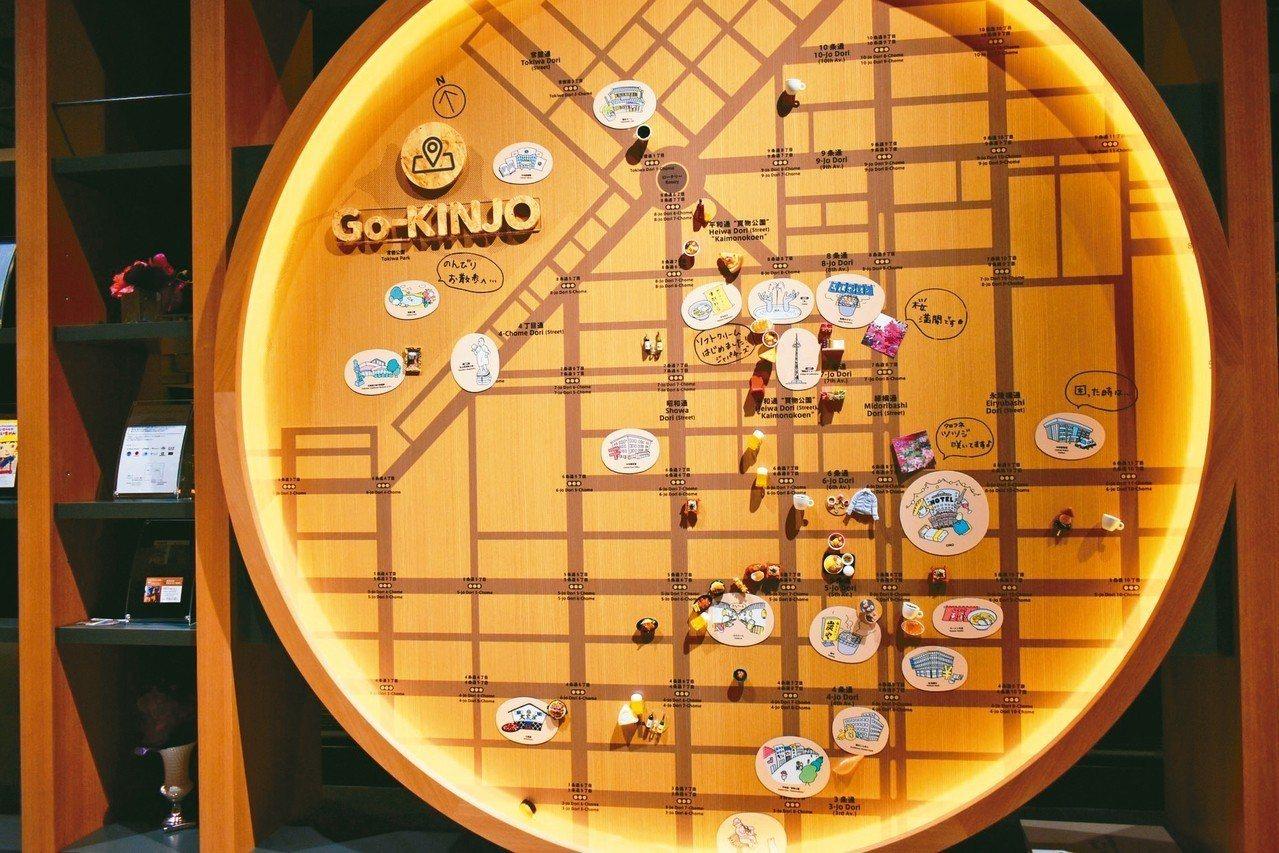 OMO7大廳旁設有大型地圖,上頭標記著附近景點及在地美食。 記者魏妤庭/攝影