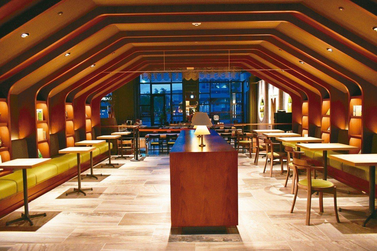 大廳一隅裝潢成書本隧道,架上放置各種北海道書籍,可以邊喝咖啡悠閒度過下午。 記者...