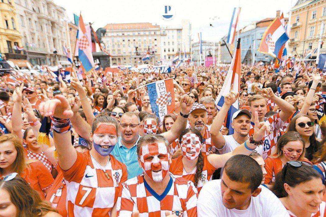 克羅埃西亞的民眾齊聚首都的廣場,歡迎世足賽獲得亞軍的英雄們回家。 路透