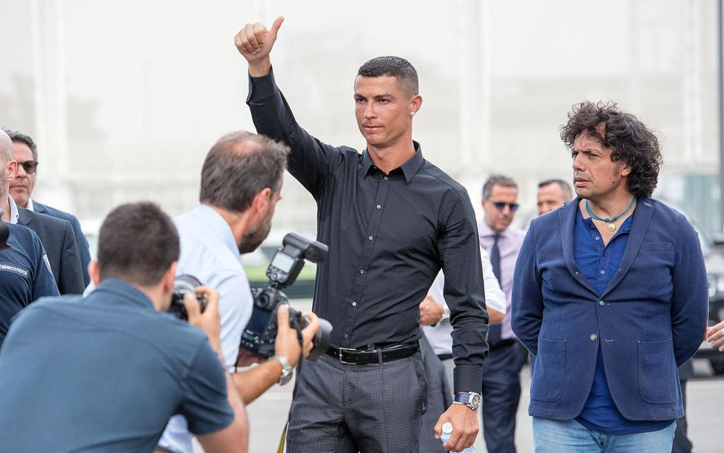 C羅轉會後16日首度現身義大利杜林的尤文圖斯球場。 歐新社
