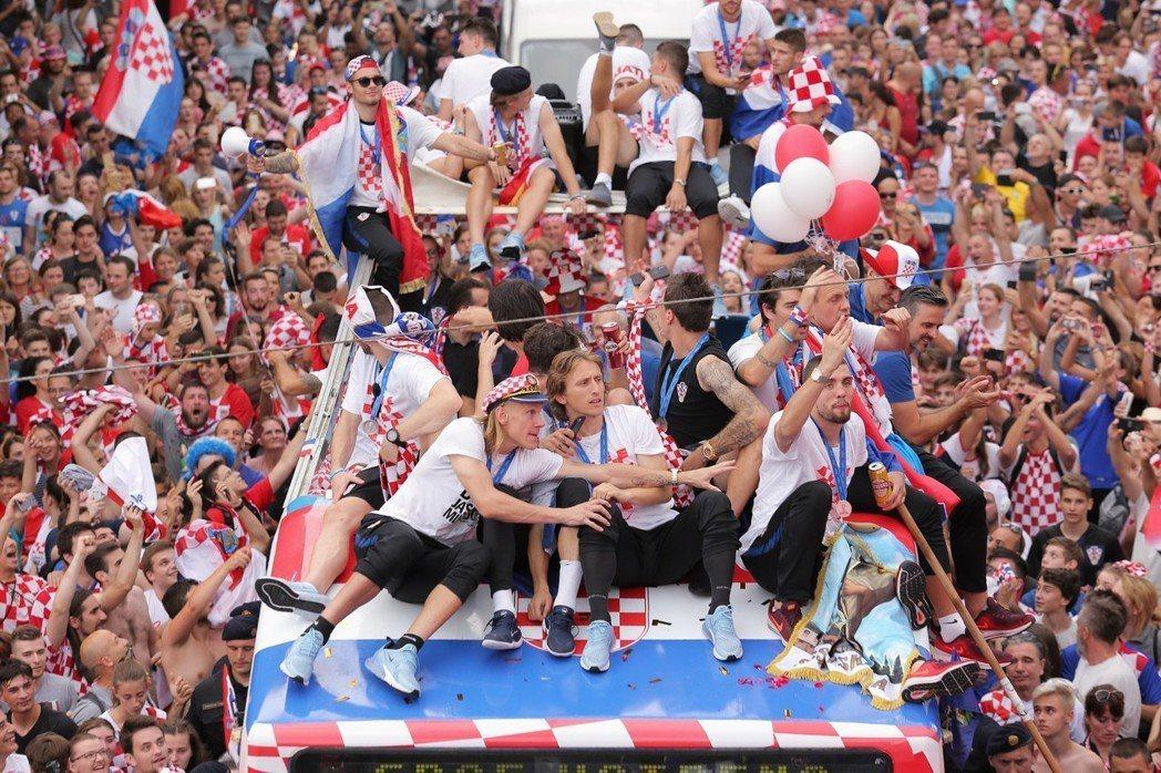 克羅埃西亞隊成員乘坐的大巴受到眾多球迷夾道歡迎。 新華社