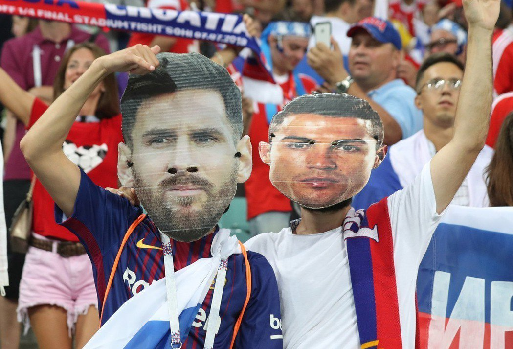 C羅、梅西等球星都難逃大陸商標蟑螂毒手。圖為戴有葡萄牙隊球員C羅(右)面具和阿根...