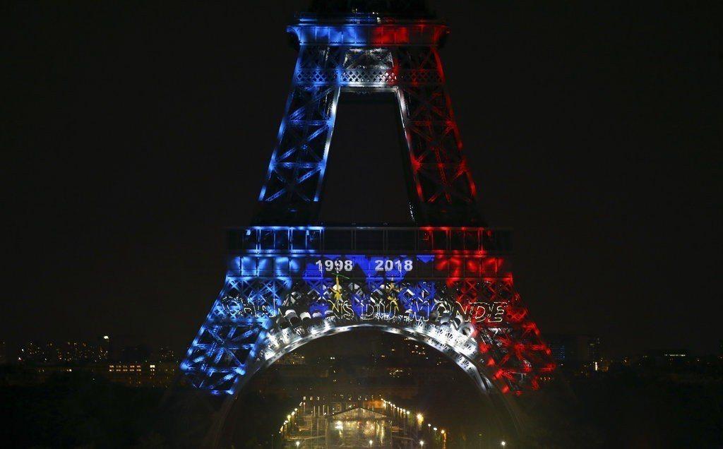 巴黎艾菲爾鐵塔和凱旋門也點起了藍白紅3色彩燈。 美聯社