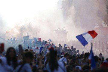 法國世界盃奪冠球迷慶祝嗨過頭 近300人被捕
