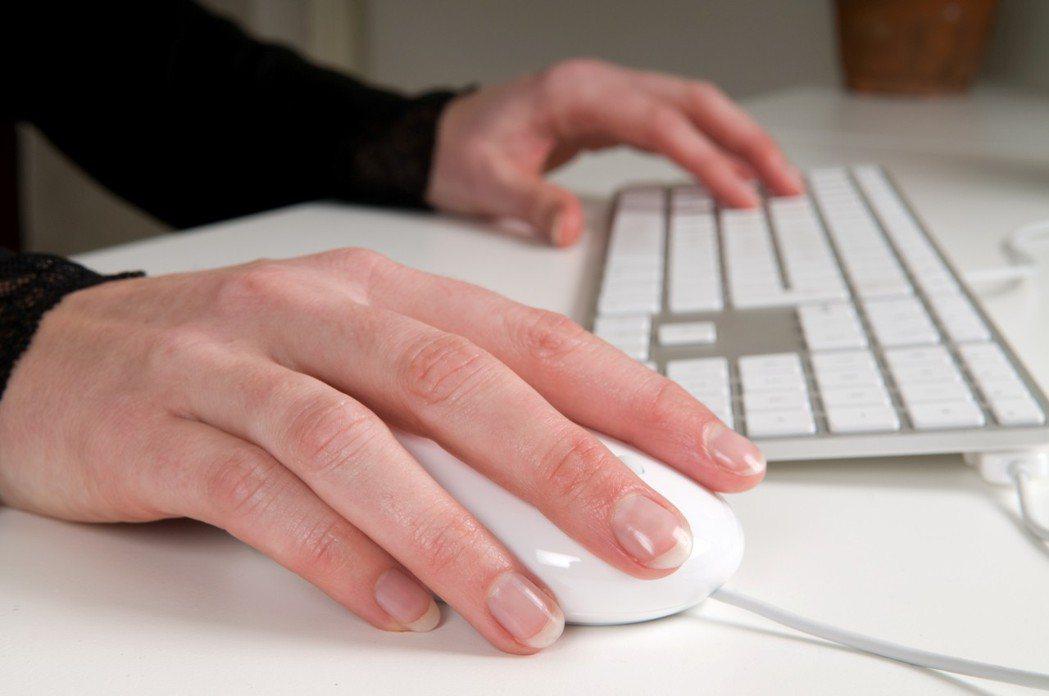 一名工程師因嚴重手汗讓他極度自卑,汗水多到弄壞公司鍵盤,讓他非常困擾。圖/ing...