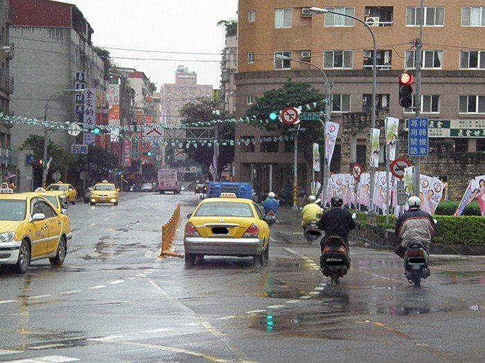 很多紅燈左轉的機車。 圖片來源/聯合報系