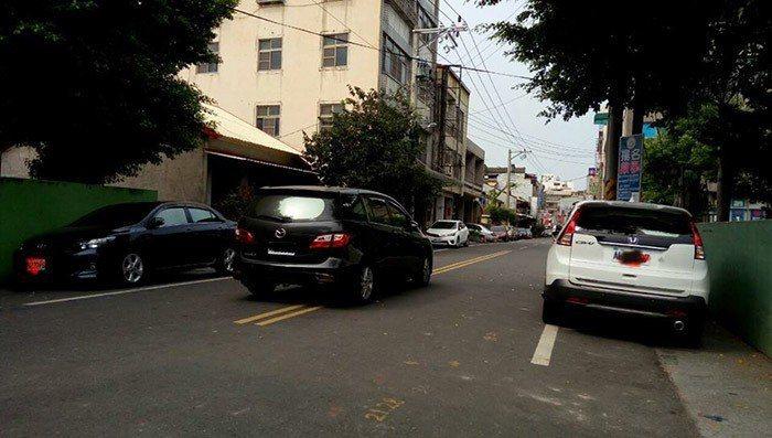 車停在路中央。 圖片來源/爆廢公社