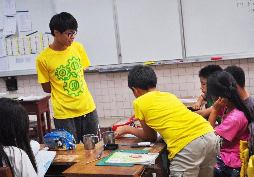 我會在課堂上和孩子愉快的互動著,我鼓勵孩子發言,希望能增加他們的自信心。圖/時報...