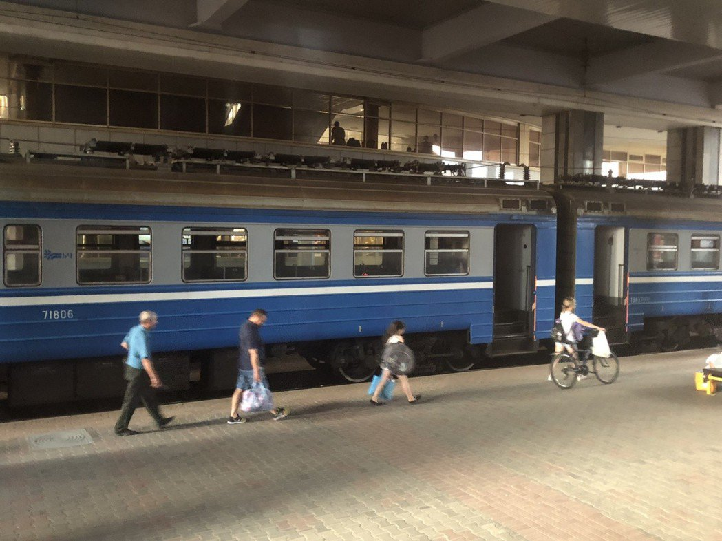 列車曾一度安穩地停靠在白俄羅斯首都明斯克(Minsk)中央火車站內,但乘客無法出...