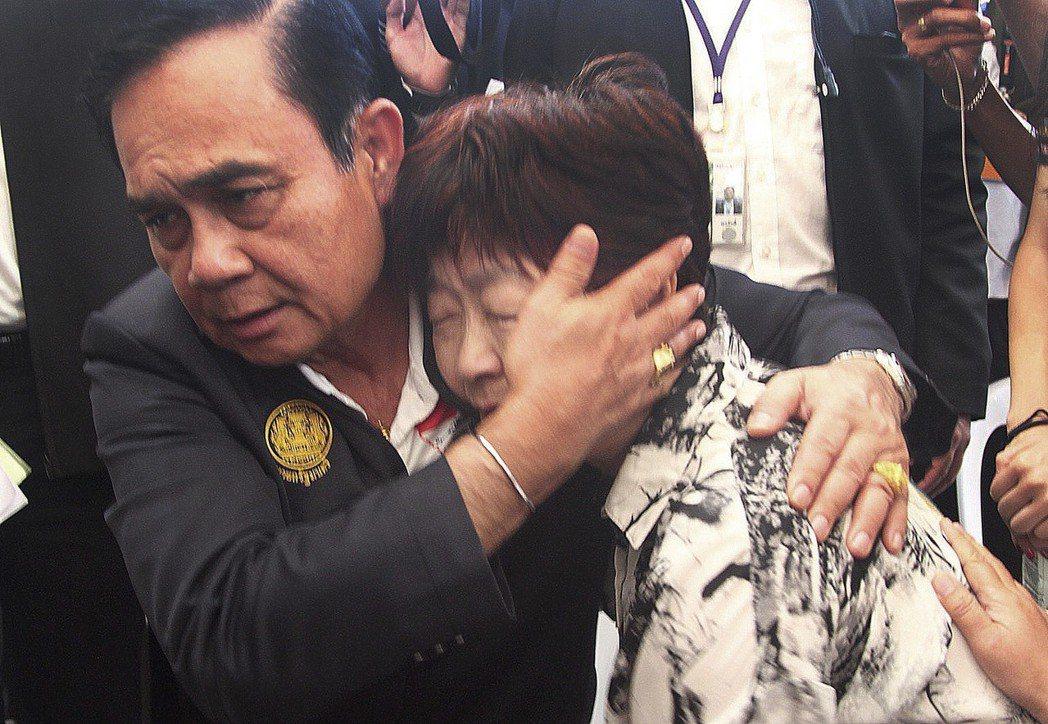 泰國總理帕拉育(Prayuth Chan-ocha)安慰普吉島翻船慘劇的家屬。 ...